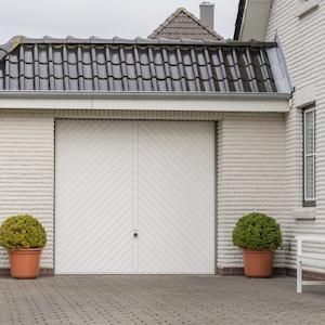 Haus mit angebauter Garage als Problem der Kellerabdichtung von außen